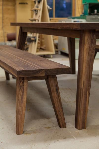 Pöytä ja penkit pähkinäpuusta