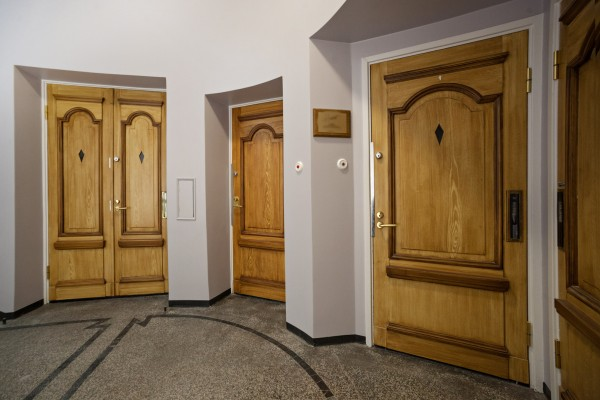Apteekintalon ovet - Jussi Sutela Oy