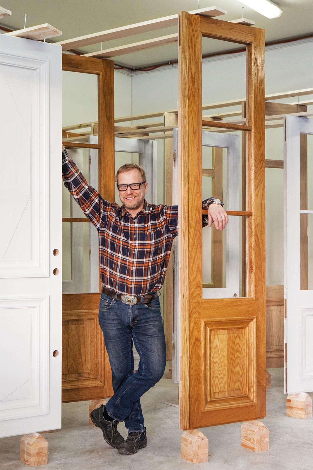 Pintakäsittelynä ovissa viisinkertainen lakkaus Le Tonkinois -lakalla. Valkoisissa ovissa Saksotol-öljymaali.