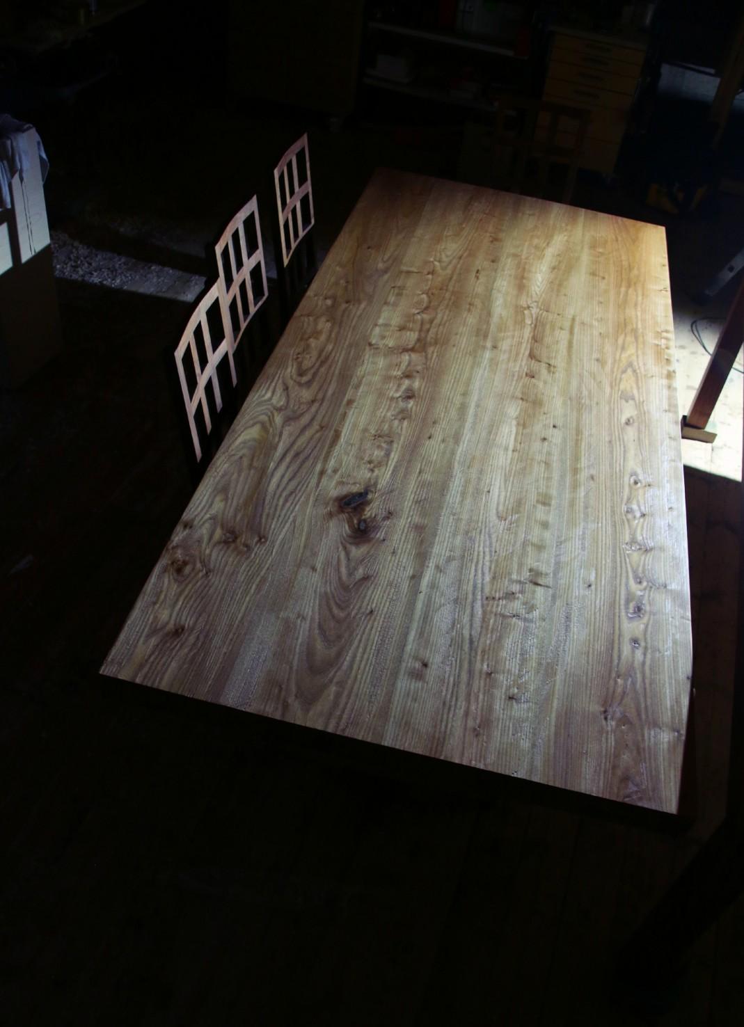 Jalavapöydän rouhea kansi työstettiin käsihöylällä.