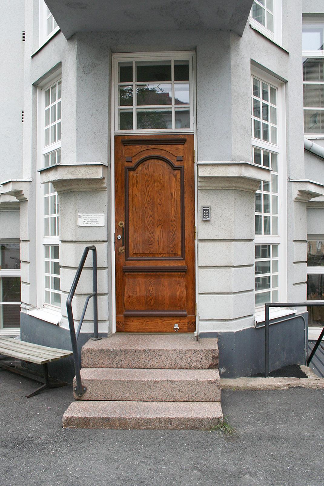 Apteekin talon ovet - Jussi Sutela Oy
