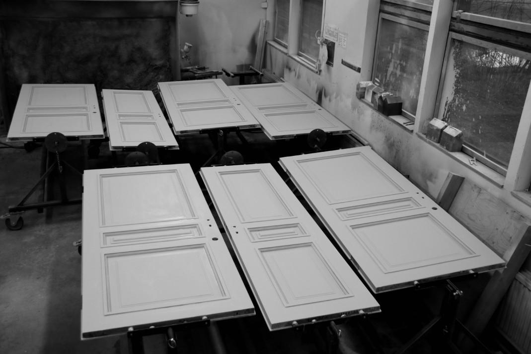 Pohjamaalattuja ovia maalaamossa.
