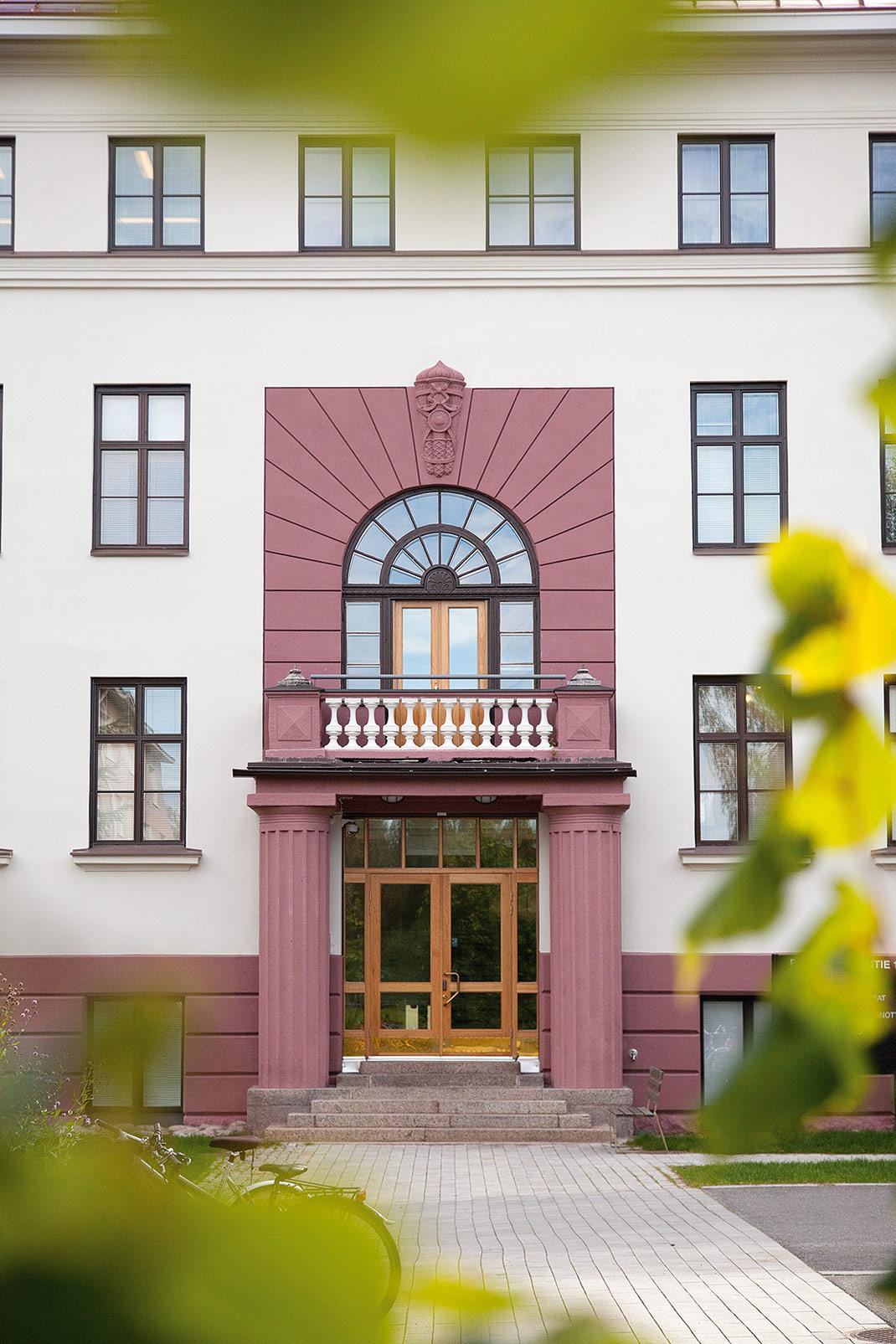 Psykiatrian sairaalan ovi - Jussi Sutela Oy