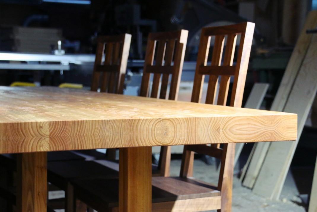 Sarka-tuolit ovat pähkinäpuuta.